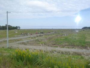 福島県視察-瓦礫の残る畑