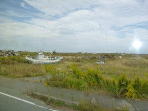 津波により内陸深く うちあげられたままの漁船