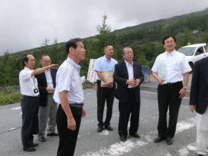 富士山保全活用特別委員会で、小山町の込山町長から説明を受ける