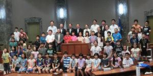 子ども県議会で参加の小学生たちと